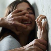 Ehefrau (20) vor den Augen von nacktem Ehemann vergewaltigt (Foto)