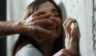 In Nordindien wurde eine 20 Jahre alte Frau von fünf Männern über Stunden hinweg vergewaltigt - ihr Ehemann musste alles mitansehen (Symbolbild). (Foto)