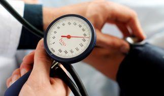 Ein Arzt misst den Blutdruck eines Patienten. (Foto)