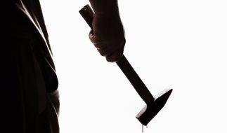 Schüler wollten ihren Lehrer mit Hämmern ermorden. (Symbolbild) (Foto)