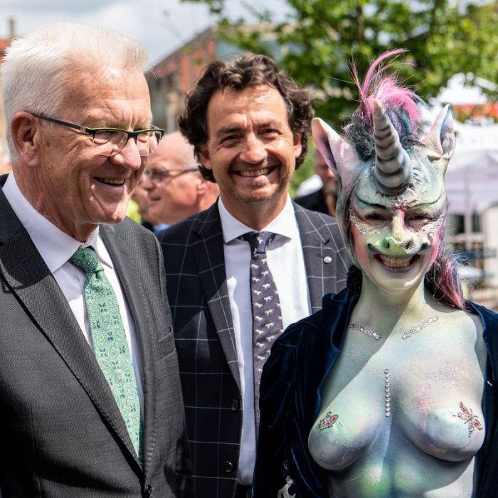 Lokalpolitikerin ist empört nach Auftritt als glitzerndes Nackt-Einhorn - aus DIESEM Grund (Foto)