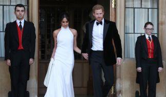 Prinz Harry und seine Frau Meghan verlassen das Windsor Castle. (Foto)