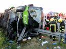 Bei einem Busunglück auf der A9 bei Leipzig kam eine Frau ums Leben. (Foto)
