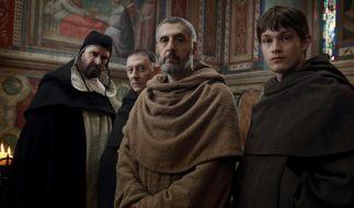 """John Turturro (M) als William von Baskerville und Damian Hardung (r) als Adson von Melk in einer Szene der achteiligen Serie """"Der Name der Rose"""", die bei Sky läuft. (Foto)"""