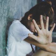 Stiefvater missbraucht und schwängert Tochter - Mutter sieht weg (Foto)