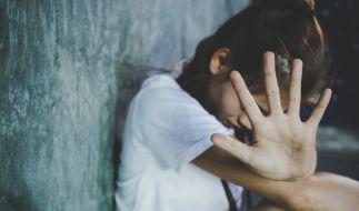 Wegen sexuellen Missbrauchs seiner Stieftochter muss ein Mann aus England 20 jahre ins Gefängnis (Symbolbild). (Foto)