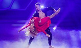"""Dschungelkönigin Evelyn Burdecki und Profitänzer Evgeny Vinokurov tanzen auch in der 10. Live-Show von """"Let's Dance"""" 2019. (Foto)"""