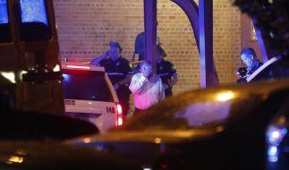 Polizisten und Betroffene stehen vor der Princess Anne Middle School, vor der sich Angehörige und Opfer nach Schüssen in der Stadtverwaltung von Virginia Beach versammeln. (Foto)