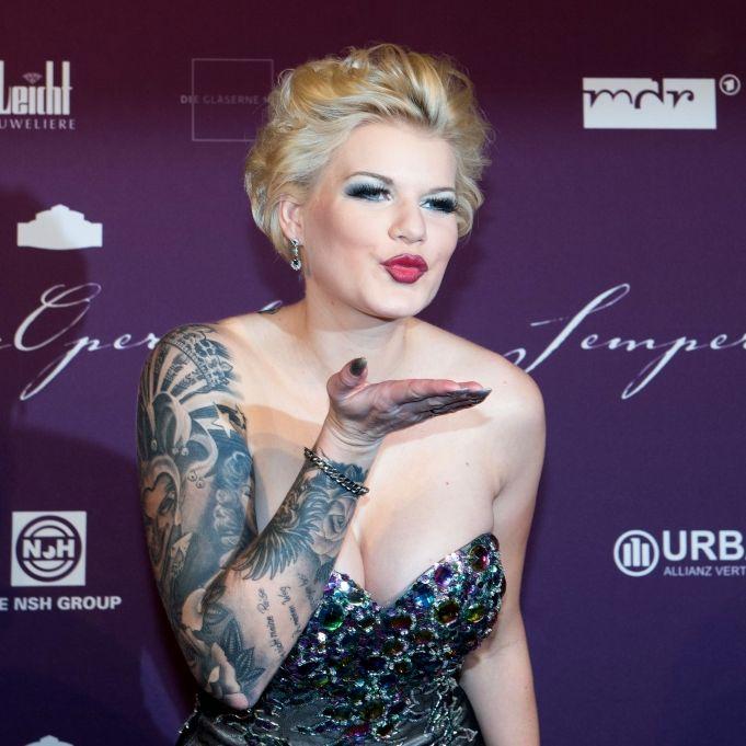 HIER zeigt sich die Ballermann-Sängerin mit neuer Begleitung (Foto)