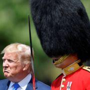 Donald Trump nimmt die Ehrenwache im Garten des Buckingham Palast ab.