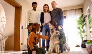 Theo Fankhauser (David Grüttner, l.) stellt Familienhund Fredo dem Rest der Familie vor. (Foto)