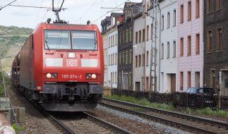 Ein Polizist ist in Wächtersbach in der Nähe von Frankfurt am Main bei einer Verfolgungsjagd ums Leben gekommen, als ihn ein Güterzug überrollte (Symbolbild). (Foto)