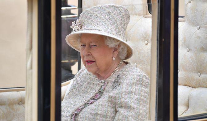 """""""Trooping the Colour""""-Parade in London: Königin Elizabeth II. fährt in einer Kutsche zu dem Spektakel der Horse Guards Parade in der Nähe des Buckingham-Palastes. (Foto)"""