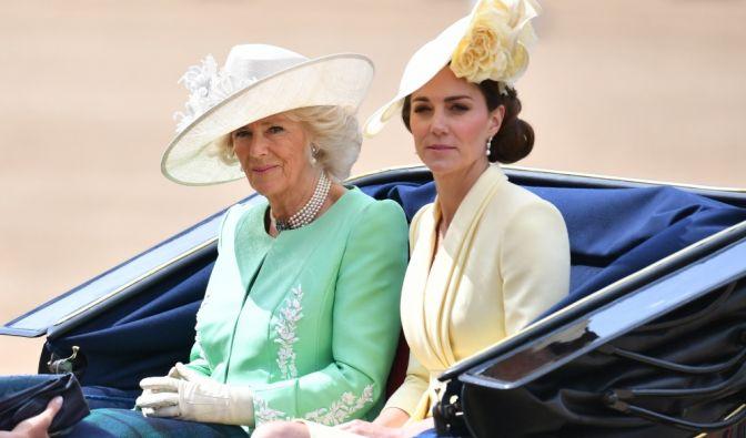 Camilla, Herzogin von Cornwall, und Kate, Herzogin von Cambridge, sehen nicht wirklich happy aus. Ob das wohl an ihrer Kutsch-Begleitung liegt?