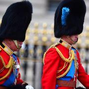 Prinz Charles und Prinz William führen die Militärtruppen der