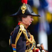 Die britische Prinzessin Anne reitet vom Buckingham Palast zur Horse Guards Parade.