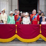 Der Balkon vom Buckingham Palast war auch in diesem Jahr wieder gut gefüllt. Der Abstand zwischen Kate Middleton und Meghan Markle ist auffallend groß. Ob das Absicht war?