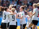 Die deutschen Spielerinnen jubeln nach dem Tor zum 1:0 von Giulia Gwinn. (Foto)