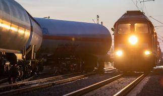 Ein 23-Jähriger ist in Bayern von einem vorbeifahrenden Güterzug verletzt worden. (Foto)