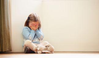 Ein 5-jähriges Mädchen ist nach einer brutalen Vergewaltigung ab der Hüfte gelähmt. (Symbolbild) (Foto)