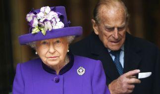 Queen Elizabeth II. und Prinz Philip sind seit über 70 Jahren miteinander verheiratet - doch offenbar lebt das Paar mittlerweile in getrennten Wohnungen. (Foto)