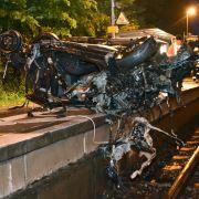 Horror-Crash! Güterzug rast in Auto - Fahrerin stirbt (Foto)