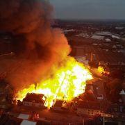 Flammen-Inferno zerstört mehrere Betriebe (Foto)