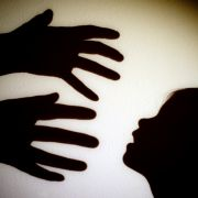 Ein Mann hat seine Stieftochter fast 20 Jahre lang vergewaltigt.
