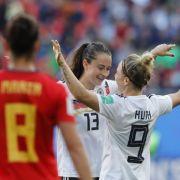 Deutschlands Sara Daebritz (l) feiert mit ihrer Teamkollegin Svenja Huth nach dem Spiel.