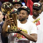 Die Toronto Raptors haben zum ersten Mal die Meisterschaft in der nordamerikanischen Basketball-Liga NBA gewonnen - Kawhi Leonard feiert den Sieg. (Foto)