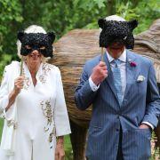 Camilla Parker-Bowles und Prinz Charles überraschten mit Panthermasken.