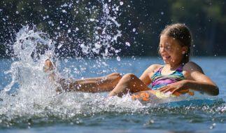 Um das Badevergnügen im Sommer ranken sich zahlreiche Mythen - doch welche stimmen und welche sind Unfug! (Foto)