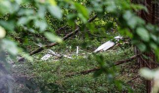 Reste eines abgestürzten Segelfliegers liegen auf dem Boden. Ein 62 Jahre alter Pilot ist beim Absturz mit einem Segelflieger ums Leben gekommen.  (Foto)
