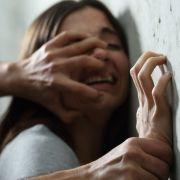 Mit Waffengewalt! Perverser missbraucht Mutter vor ihren Kindern (Foto)