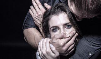 Nach einem Discobesuch wurde eine Frau in Wiesbaden von drei Männern missbraucht (Symbolbild). (Foto)