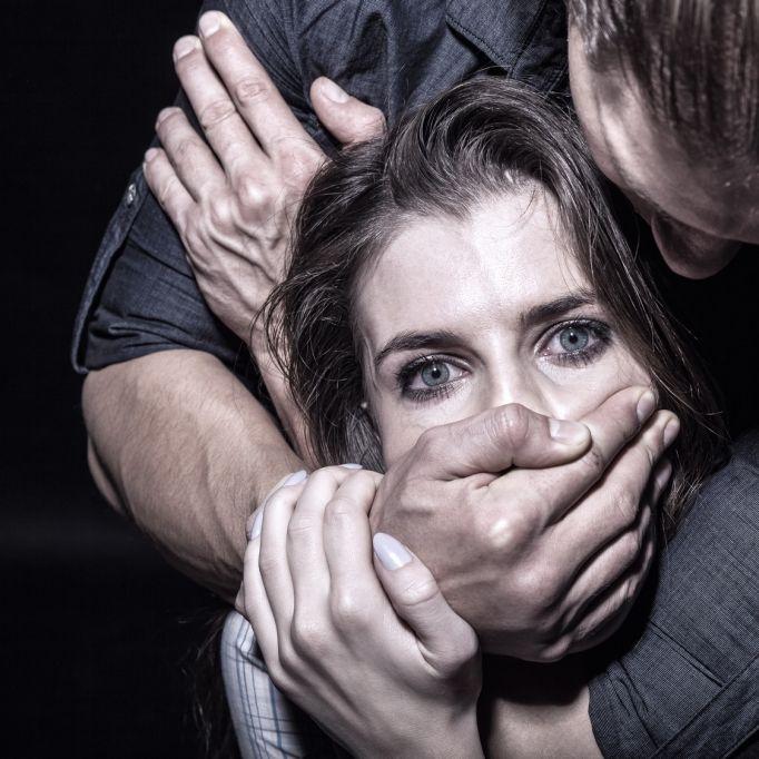 Frau (29) nach Discobesuch von 3 Männern auf Feldweg missbraucht (Foto)