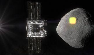 Die undatierte Illustration zeigt die Sonde Osiris Rex (l) und den erdnahen Asteroiden Bennu. (Foto)