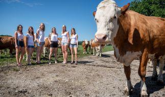 Bei diesen sexy Models wird das landwirtschaftliche Nutztier glatt zur Nebensache. (Foto)
