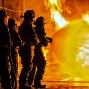 Video zeigt Feuer-Inferno! Lagerhalle droht komplett abzubrennen (Foto)