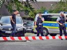 Polizeibeamte untersuchen den Tatort in Siegen. (Foto)