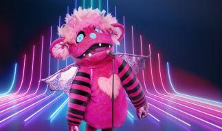 """Hinter dieser schrillen Kostümierung verbirgt sich ein prominenter """"The Masked Singer""""-Kandidat - um wen es sich handelt, das muss das Rateteam der neuen Show herausfinden. (Foto)"""