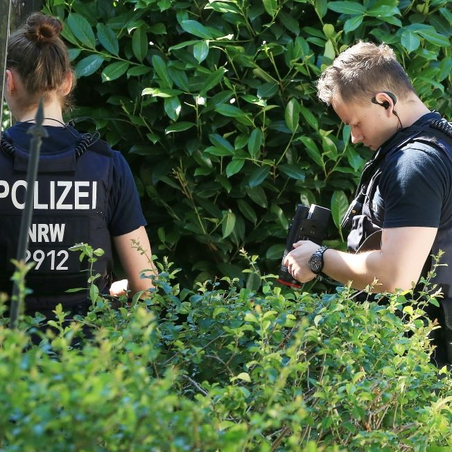 Kinderleichen im Garten? Polizei baggert Rentner-Grundstück um (Foto)