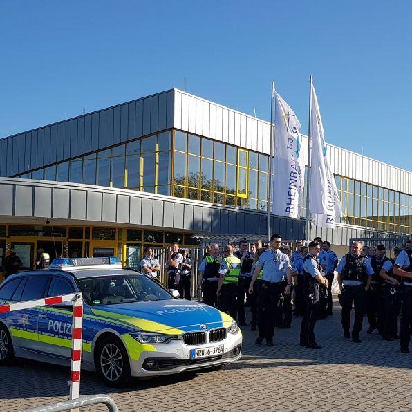 Streit im Freibad eskaliert! Polizei mit Großaufgebot im Einsatz (Foto)