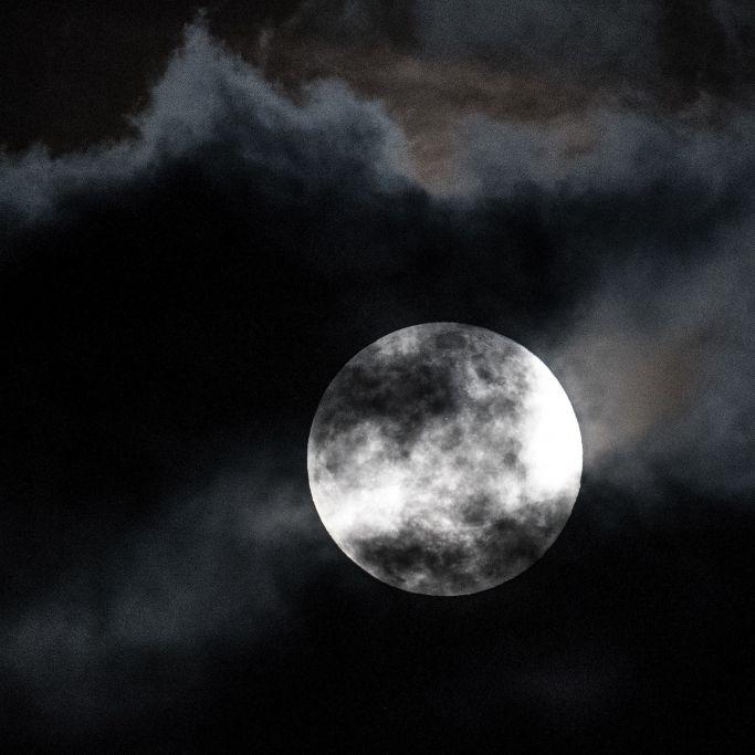 Verstörendes Video! Fliegen hier Aliens am Mond vorbei? (Foto)