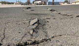 Eine Straße in Trona im US-Bundesstaat Kalifornien wurde durch ein schweres Erdbeben der Stärke 6,4 beschädigt. (Foto)