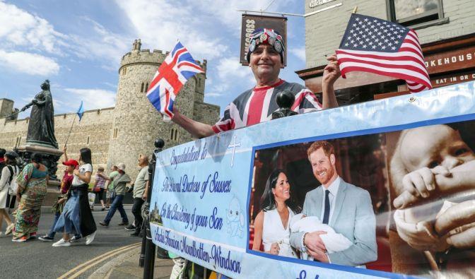 Fans der britischen Königsfamilie warteten schon vor der Taufe von Baby Archie ganz aufgeregt auf die britische Königsfamilie. (Foto)