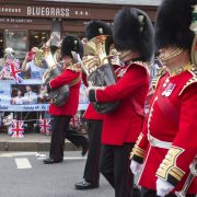 Fans der britischen Royals verfolgten den Wachwechsel der Garde auf Schloss Windsor. Archie wurde in Windsor bei einer Zeremonie im privaten Kreis getauft.