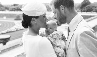 Wie süß! Herzogin Meghan und Prinz Harry zeigen erste Bilder von Baby Archies Taufe. (Foto)