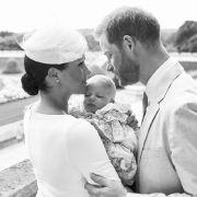 Stolze Eltern! Herzogin Meghan und Prinz Harry, die ihren Sohn Archie Harrison Mountbatten-Windsor bei seiner Taufe im Windsor Castle halten.