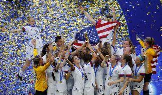 Spielerinnen des US-Teams halten gemeinsam die Trophäe. Die Fußballerinnen aus den USA sind zum vierten Mal Weltmeister. (Foto)